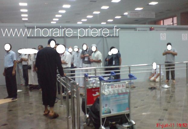 Prière dans un aéroport de Tunis-Carthage