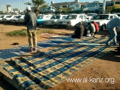Prière dans un parking de l'aéroport d'Agadir, Maroc