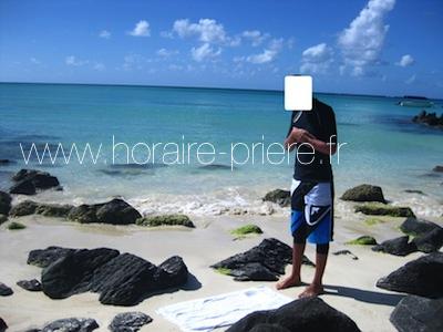 Prière sur une plage de Grand-Baie, île Maurice