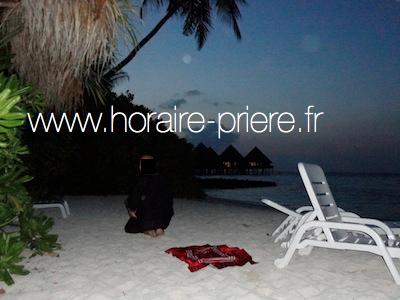 Prière sur une plage sur l'île Velidhu, Maldives