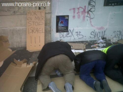 Dans une rue parisienne, pendant une manifestation