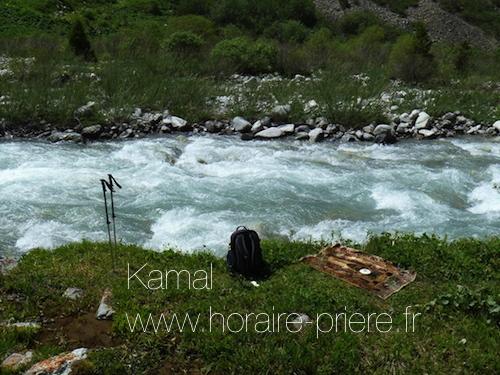 Au bord d'un ruisseau au Kirghizstan