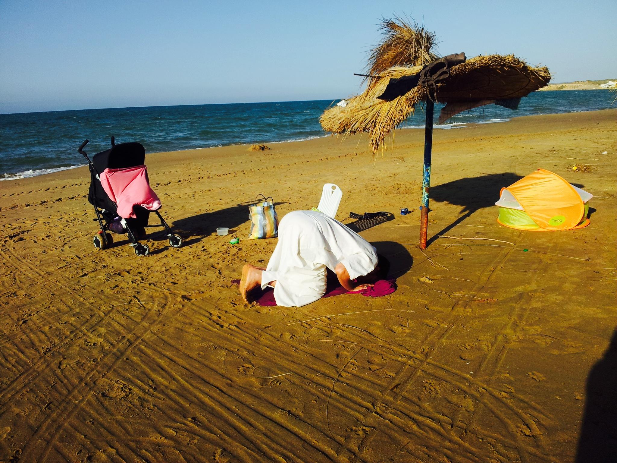 Prière sur une plage de l'Ouest algérien
