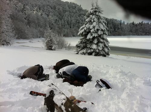 priere au bord d'un lac au ski