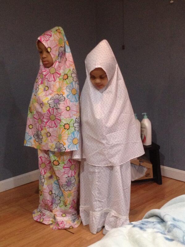 A la maison, fillettes en prière