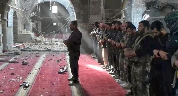 Ils prient, malgré les bombardements, en Syrie