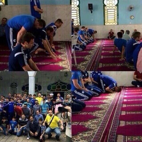 L'équipe nationale Bosniaque de foot dans une mosquée au Brésil