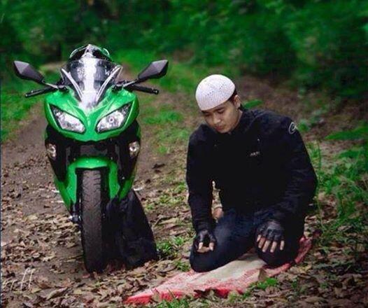 Pause prière d'un motard, en Thailande