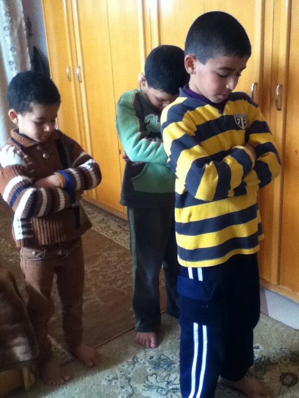 Il dirige ses frères en prière