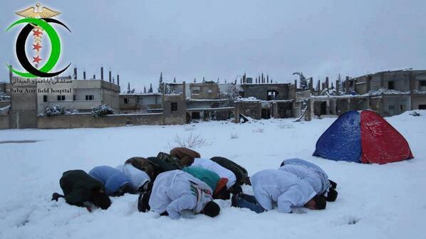 Sur la neige, dans le quartier de Baba Amr en Syrie