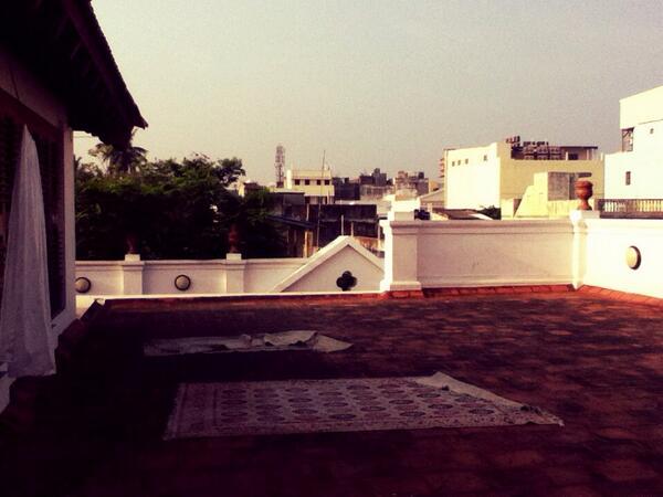 Sur le toit d'une ancienne maison coloniale, Pondicherry, Inde