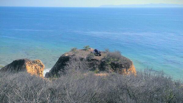 Sur un rocher, au-dessus de la mer