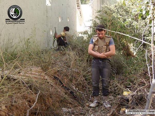 Un combattant syrien au milieu du champ de bataille