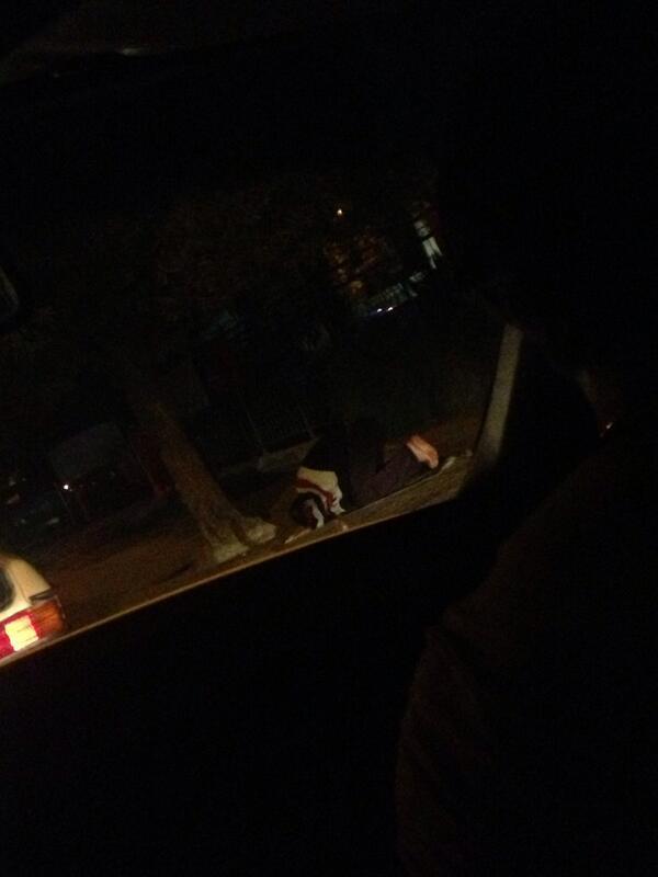 Un homme prie dans la rue