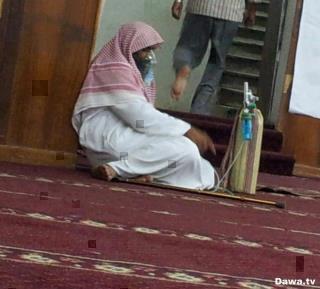 A la mosquée, accompagné de sa bouteille d'oxygène