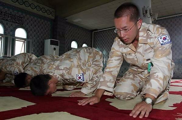 Des soldats coréens en prière
