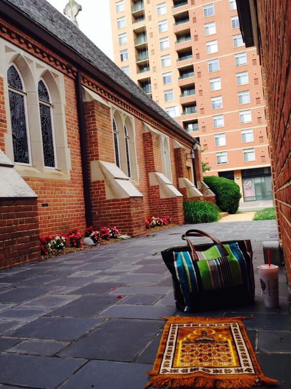 Derrière une église
