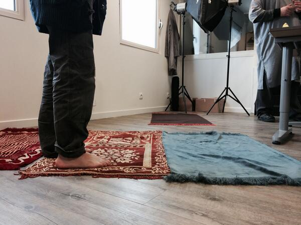 Prière en groupe dans les bureaux de l'entreprise