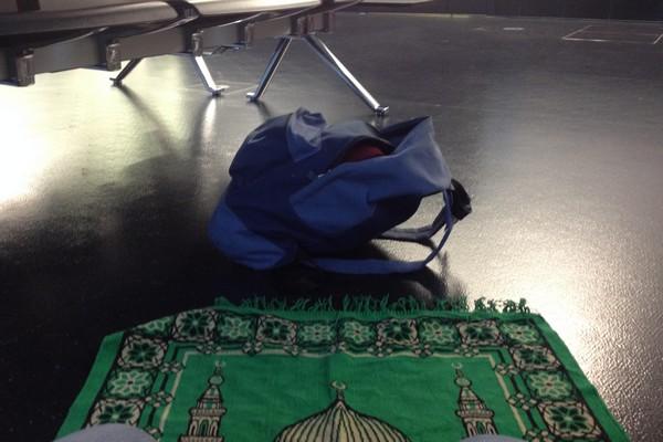 Prière dans un aéroport de Vienne