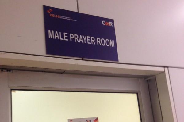 Prière à l'aéroport de Delhi