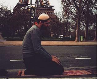 A côté de la Tour Eiffel