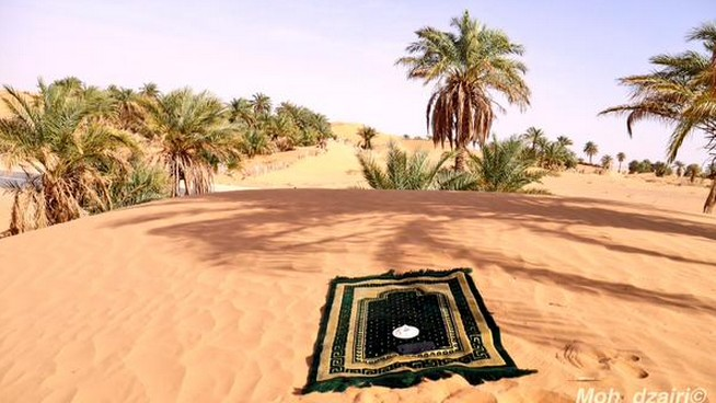 Prier dans le désert à Timimoun, Algérie