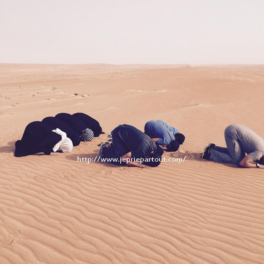Prière dans le désert à Oman